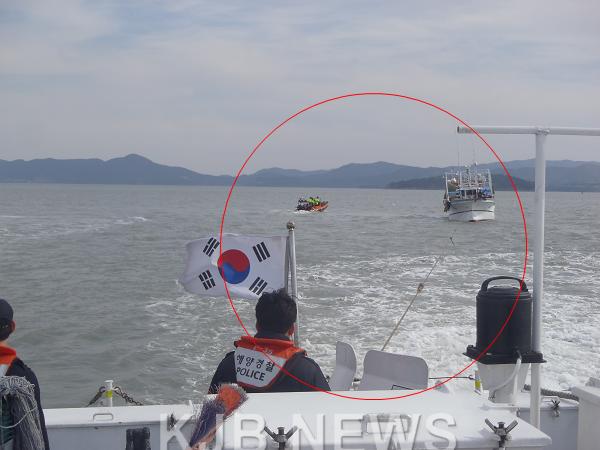 좌초어선 진양호 예인줄 연결 사진.png