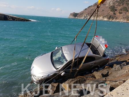 해상 추락 차량 인양중인 사진 (2).png
