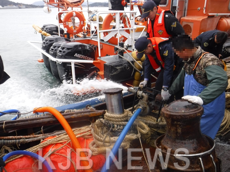 목포해경이 10일 오전 침수선박이 발생해 배수작업을 실시하고 있다..png