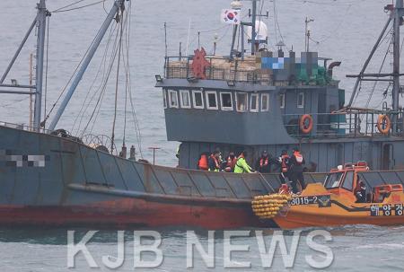 목포해경이 12일 가거도 해상에서 재한조건 위반 중국어선 1척을 나포했다..png