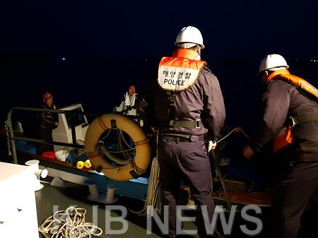 인근 어선에 구조된 낚시어선 승선원들이 목포해경 북항파출소 연안구조정에 옮겨 타고 있다..png