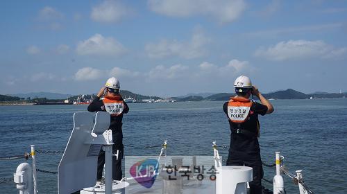 목포해경이 13일 삼학도 남항부두 인근 해상 투묘중인 어선에서 선원 1명이 실종돼 집중 수색 작업을 펼치고 있다..png