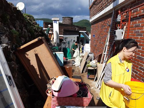 2.통영시 태풍 피해 침수가구 자원봉사활동 펼쳐...4.png