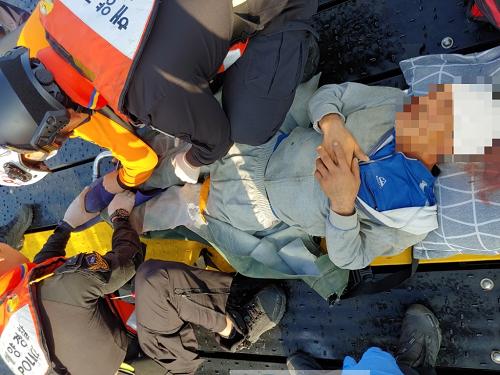 목포해경이 3일 임자도 해상에서 골절 응급환자 등 잇따라 발생해 긴급 이송했다..png