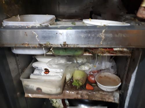 1.조리실+냉장고+내부+위생불량.png