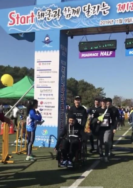 [해군3함대] 휠체어 탄 동생과 함꼐 형제애 질주 사진1.png
