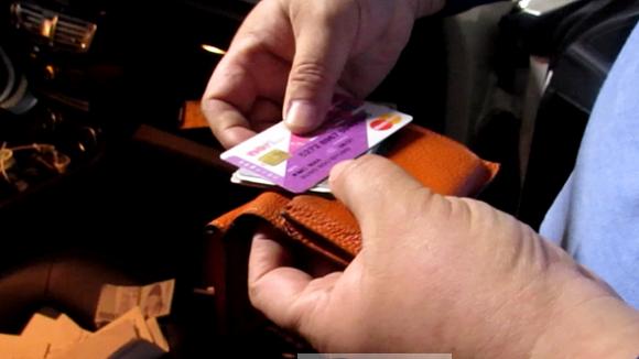 대부업체에서 업무용으로 사용하는 차량에서 타인 명의 체크카드 대량 발견.PNG