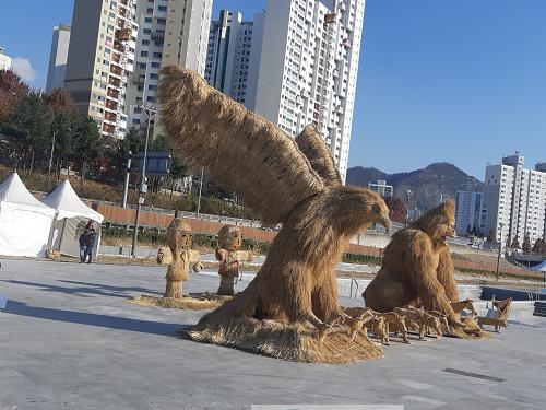 부안 계화면 볏짚공예품, 서울 중랑천 전시.png