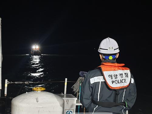 8일 진도군 하조도 인근 해상에서 22명이 탄 낚싯배가 기관고장으로 표류하는 상황애 처했지만 긴급 출동한 목포해경에 안전하게 구조됐다.png